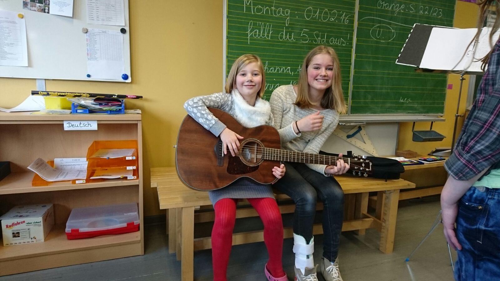 Klasse 4 macht Musik mit E- und Akustik Gitarre : Wichlinghofer Grundschule
